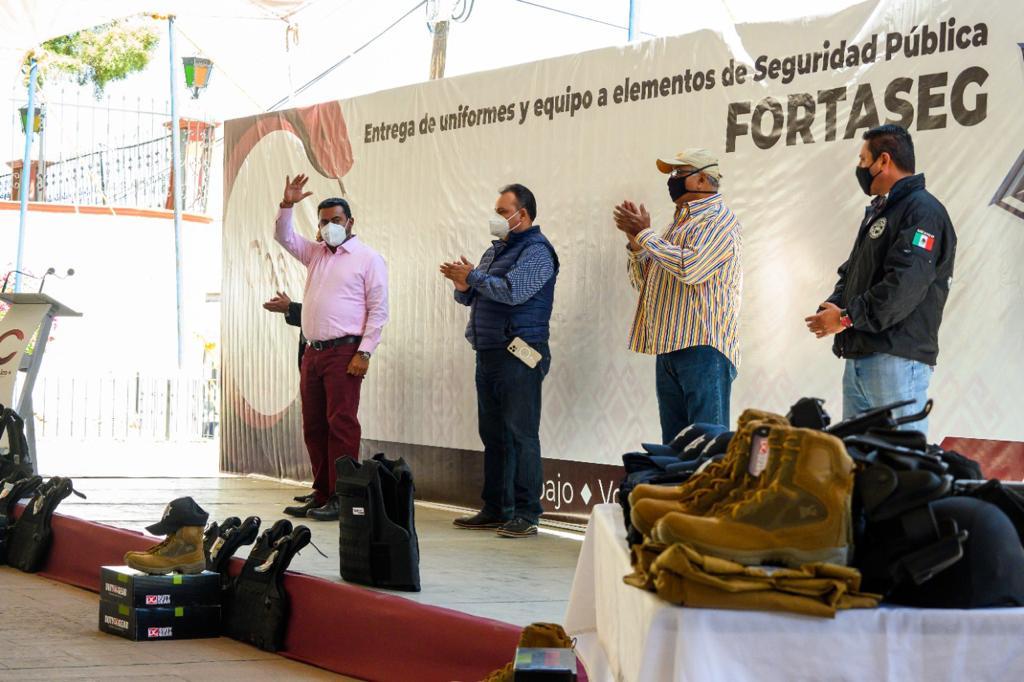 DOTA DARWIN ESLAVA DE UNIFORMES Y EQUIPAMIENTO A LOS ELEMENTOS DE SEGURIDAD PÚBLICA DE COACALCO